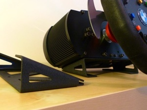 Le table-clamp Fanatec et le support livré d'origine