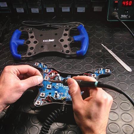Du bleu pour le volant Formula de Cube Controls